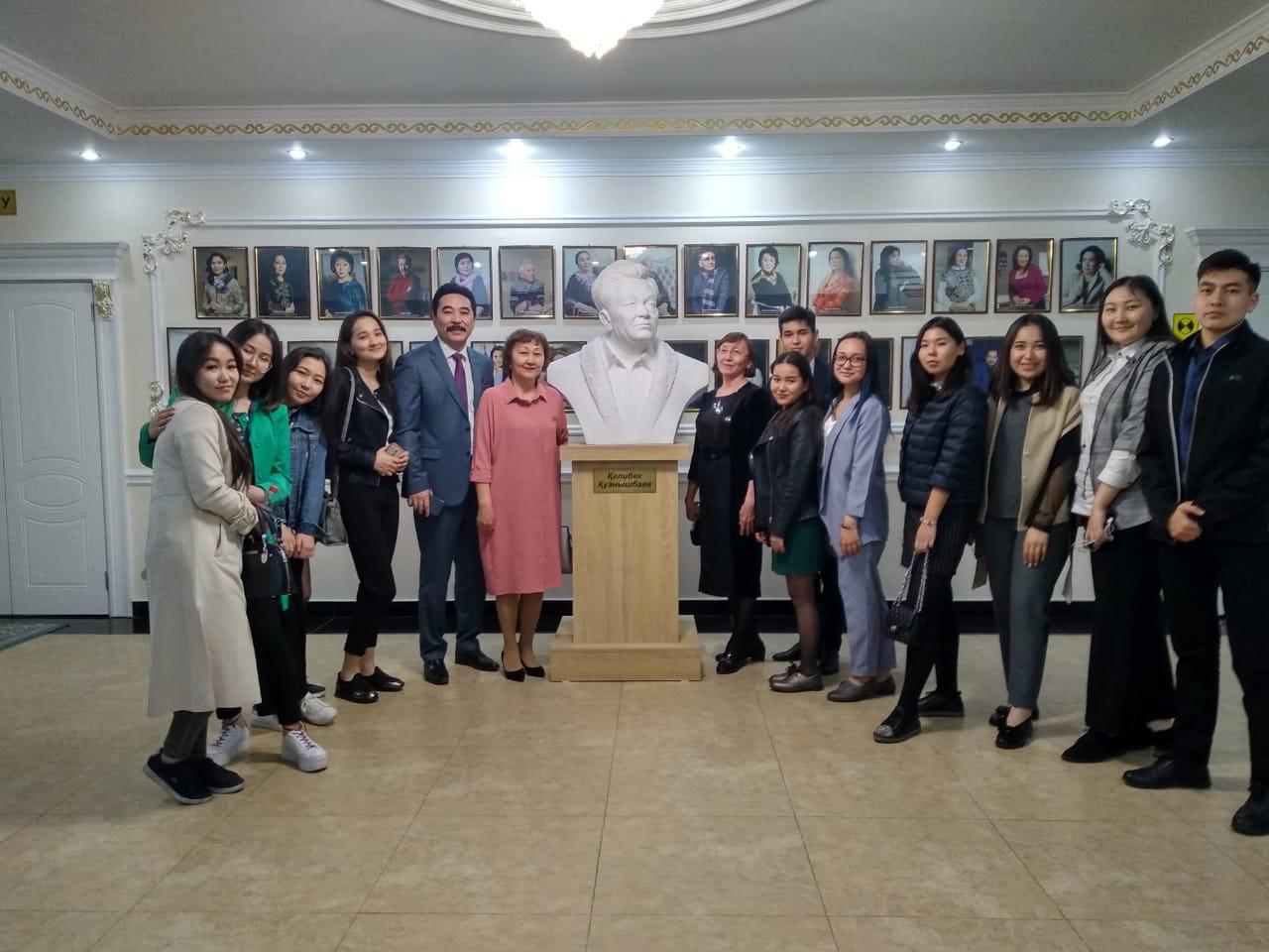 Группа студентов факультета международных отношений и  филологического факультета с драматургом Канатом Жунусовым.